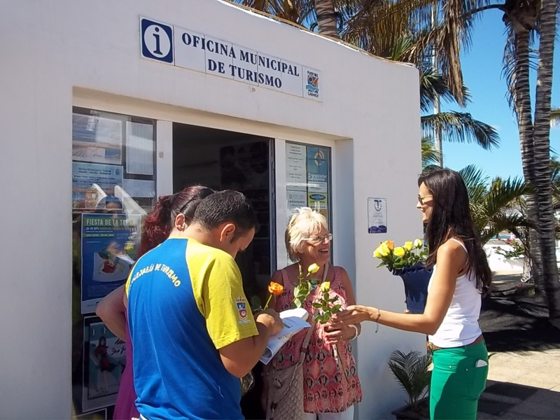 T as agasaja a los turistas con flores y degustaciones por for Oficina turismo lanzarote