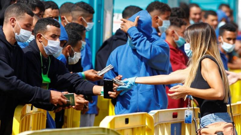 En Canarias los inmigrantes ilegales disfrutan, mientras miles de nuestros  ciudadanos padecen miseria - Lancelot Digital